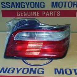 چراغ عقب سانگ یانگ چرمن این قطعه اصلی میباشد و ساخت شرکت سانگ یانگ
